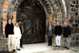 F. u. R. Kumkar, B. Schwarz, Prof. Dżwigaj, P. Helbich, G. Stoewer vor der Bronzetür, Aug