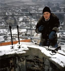 Architekt M. Płotkowiak na iglicy wieży, grudzień 1998
