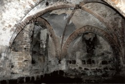 Ściana północna z wejściem do kościoła i ściana wschodnia przed renowacją, 1999 r.