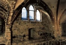 Ściana południowa z dużym oknem, pod nim nowa nisza, na lewo chrzcielnica