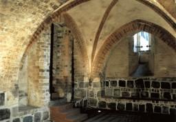 Ściana północna ze schodami do kościoła i wschodnia z oknem