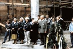 Uczestnicy nabożeństwa obok wiechy