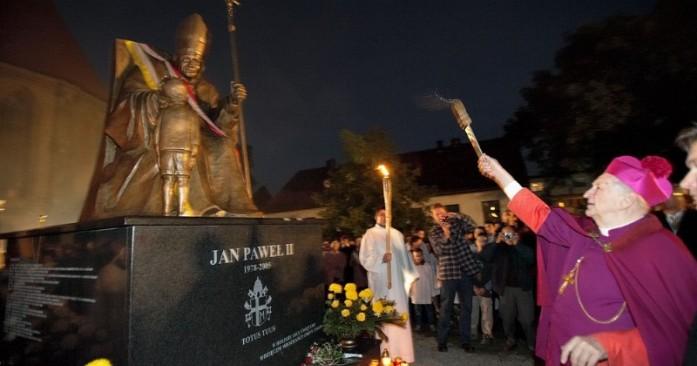 Pomnik Jana Pawła II w Chojnie